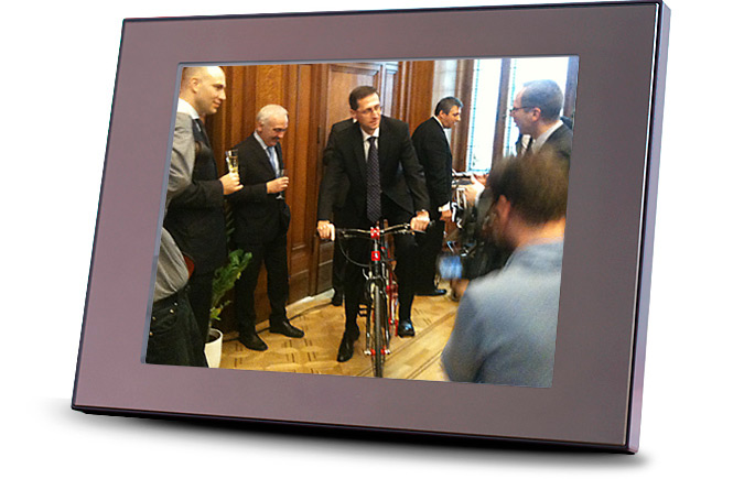 Hungarian Minister of National Economy trying a Stringbike